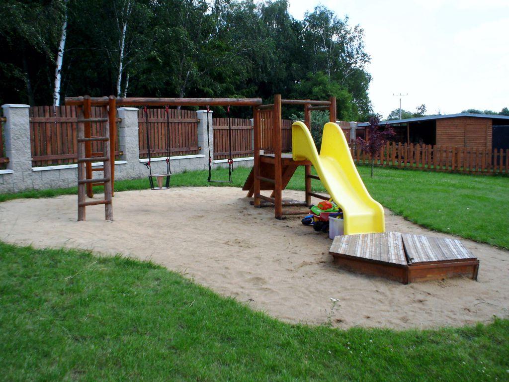 Důležitý je podklad kolem hřiště, zde je použit písek