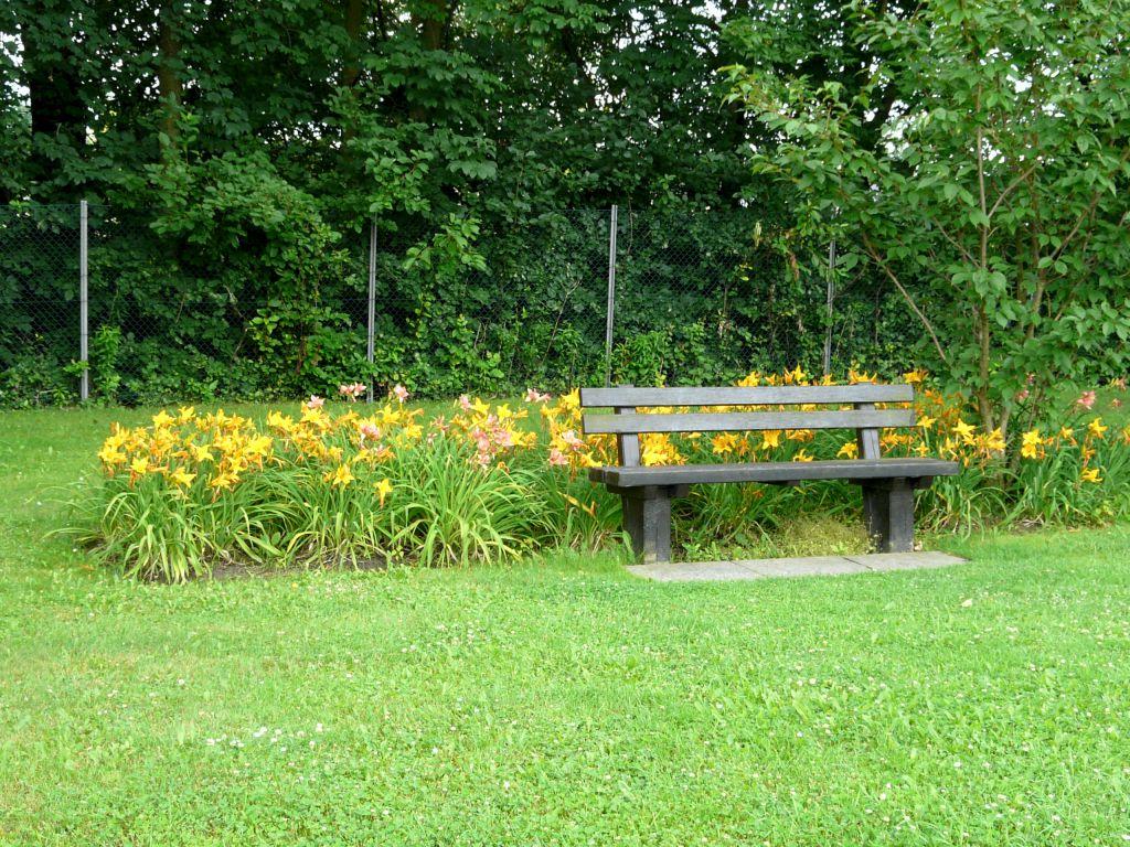 Jednoduché a účelné zvýraznění laviček v parku