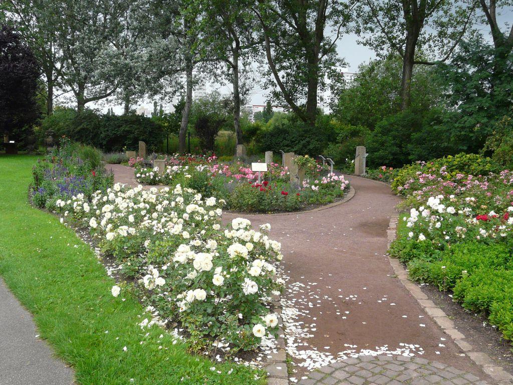 Kvetoucí parková úprava s převahou růží