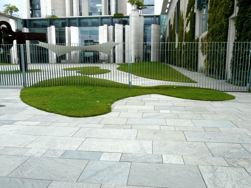 Moderní pojetí zeleně v čistých liniích městské budovy