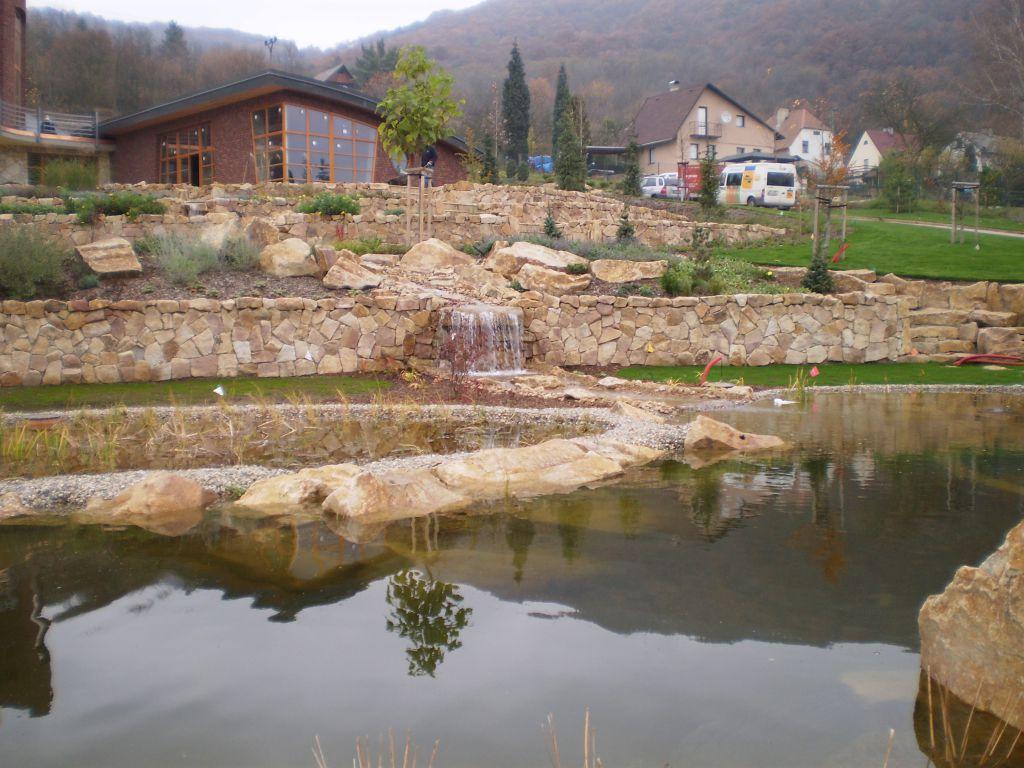 Okrasné opěrné zdi z obkladového kamene