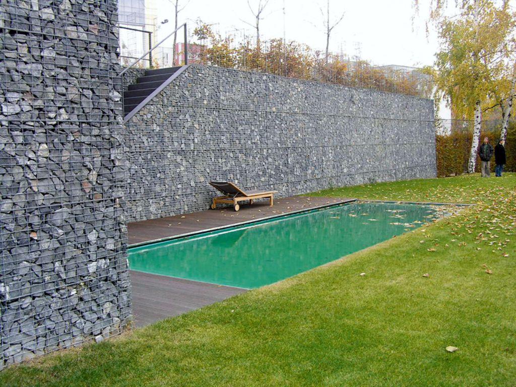 Opěrná zeď z gabionu vyrovnávající vysoké převýšení pozemku