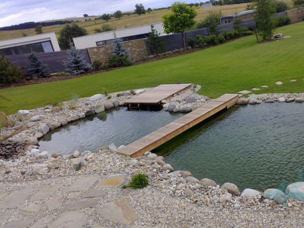 Osvěžující vodní plocha na zahradě