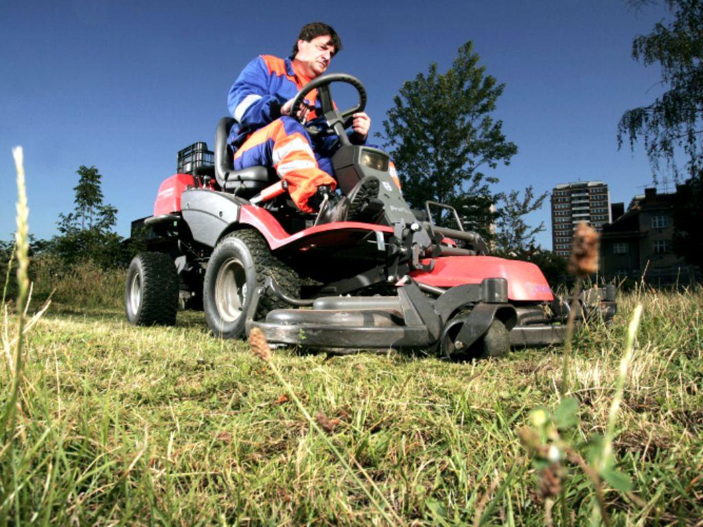 Pravidelné sečení travnatých ploch s úklidem
