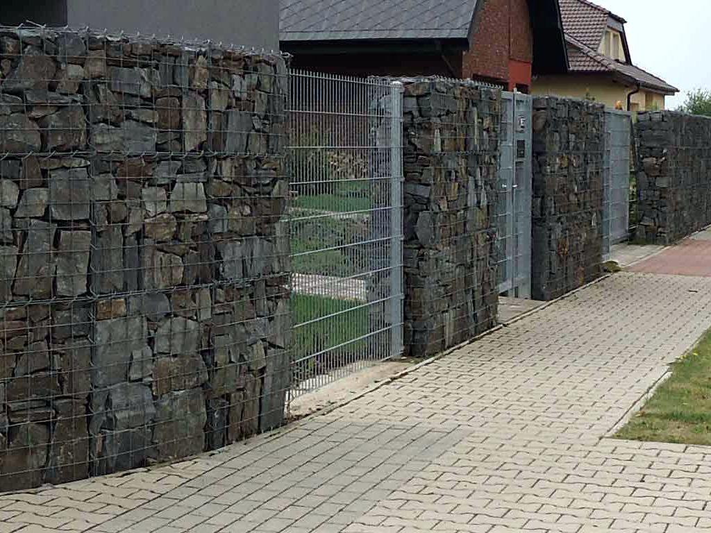 Protihlukový a pohledový plot z gabionových sítí