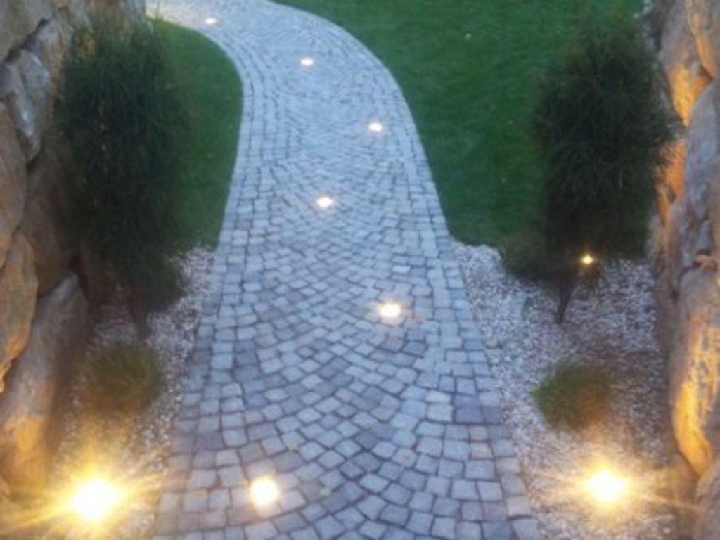 Provozní designové osvětlení cesty jeho zapínaní přes časovač
