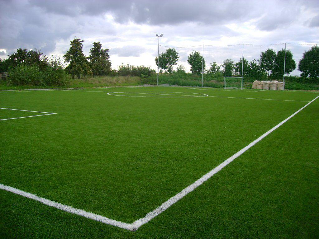 Umělý trávník na fotbalovém hřišti s trvalým lajnováním