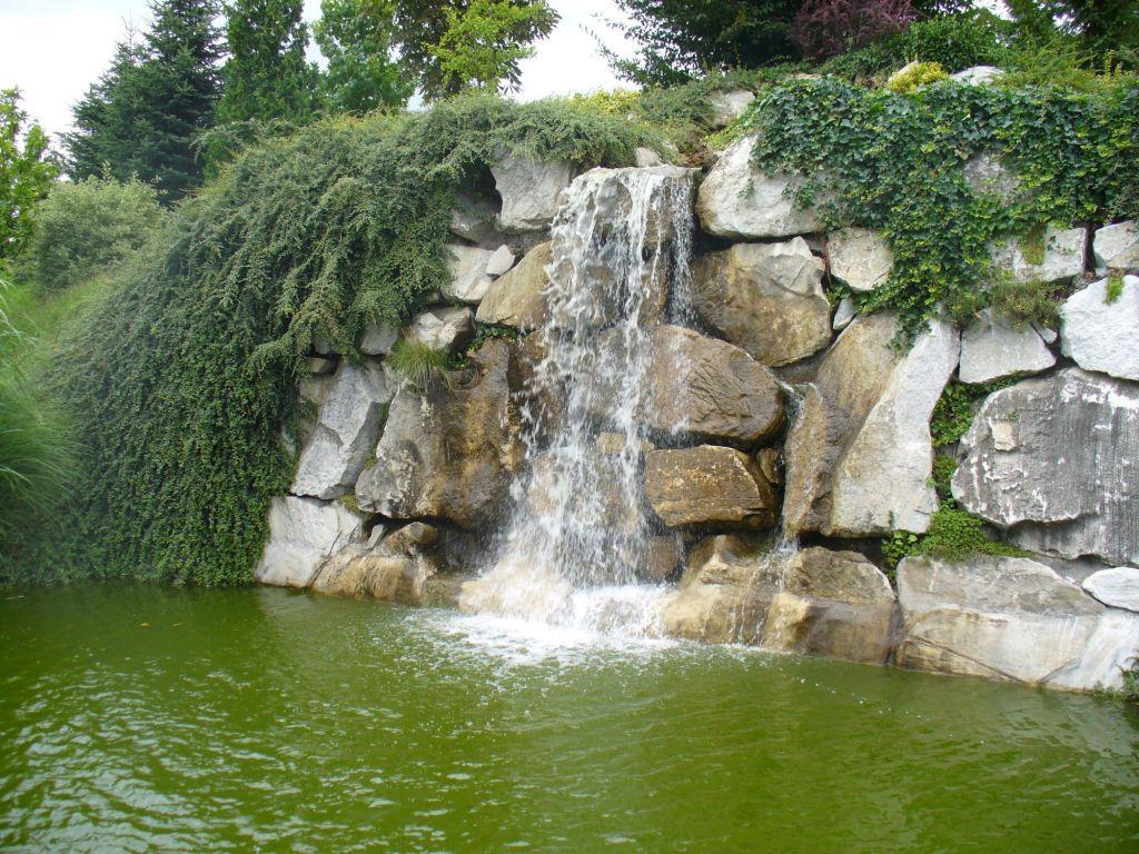 Zvučný a působivý vodopád u biotopu