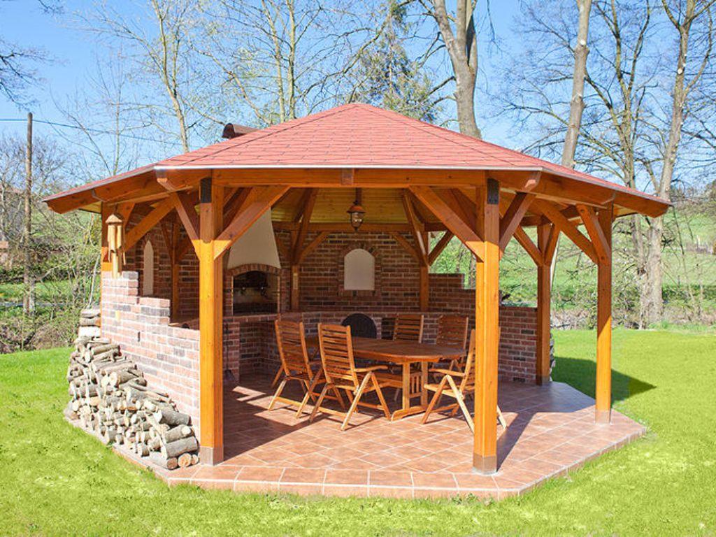Relaxační altán v zadní části zahrady určený pro oslavy