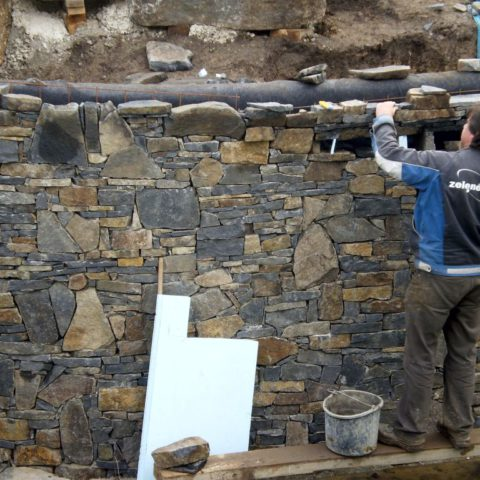 Řešení přírodní stěny koupacího jezírka z čediče
