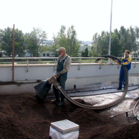 Doprava střešního substrátu na střechu garáží v Praze