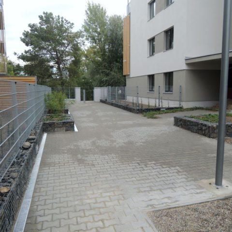 Zídky z gabionu pod oplocením a pro nové výsadby v Lysé nad Labem