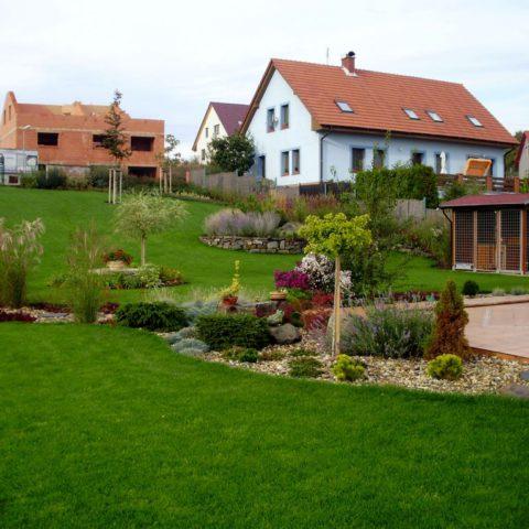 Pohled na část zahrady, kde je vidět přechod mezi setým a kobercovým trávníkem