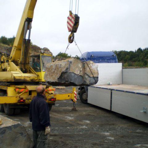 Nakládání čedičových kamenů v lomu o váze 3-7 tun