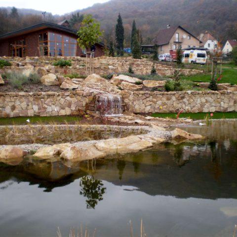 Koupací jezero s vodopady a potokem