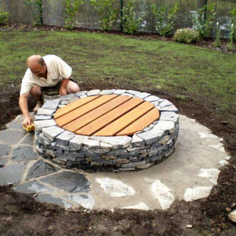 Obklad vrtané studny pro závlahový systém