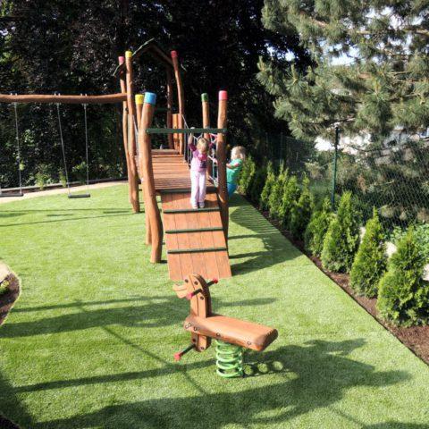 Dětské hřiště s umělým trávníkem na zahradě